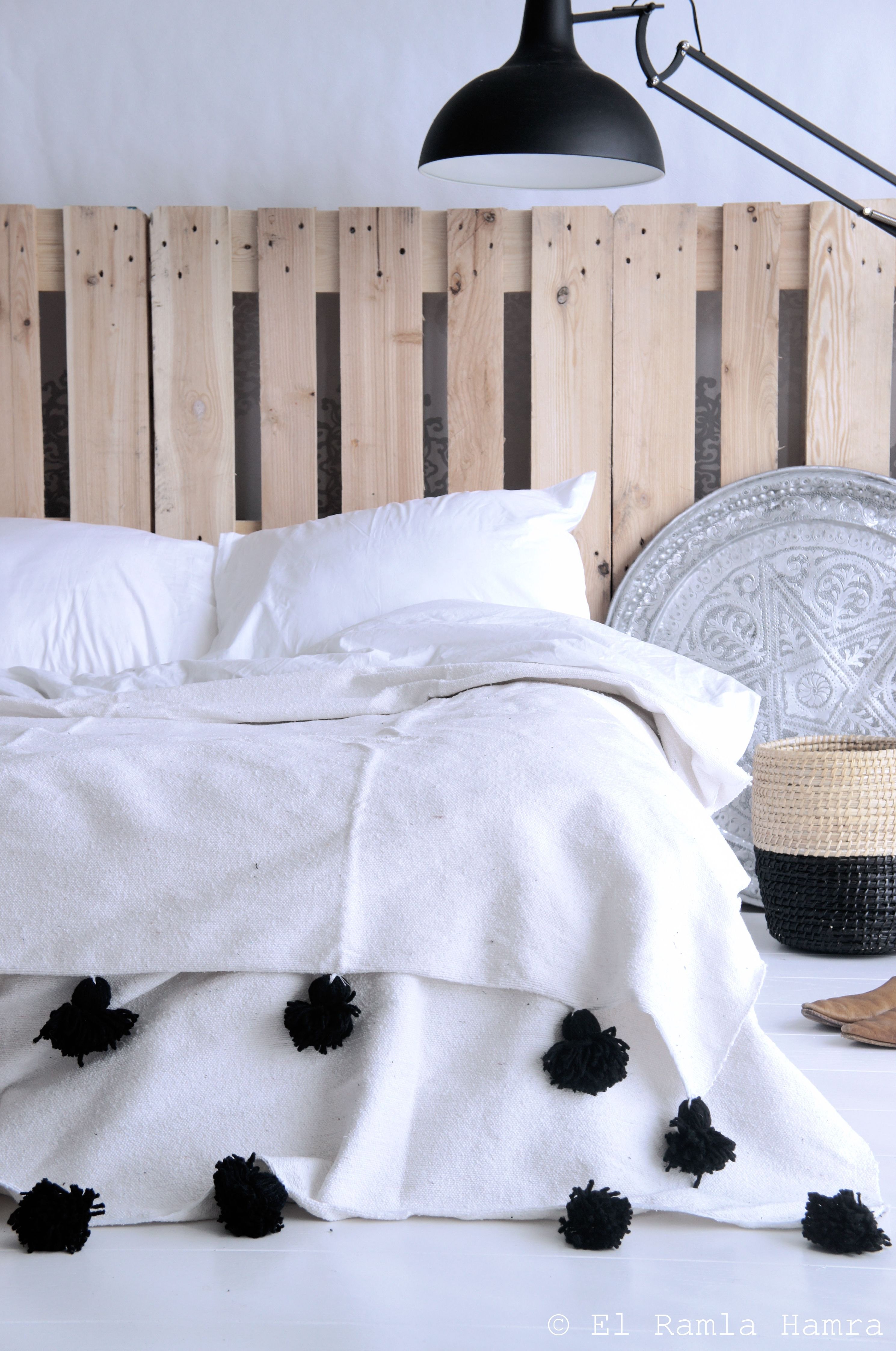 Blanke pallets achter bed and moroccan pom