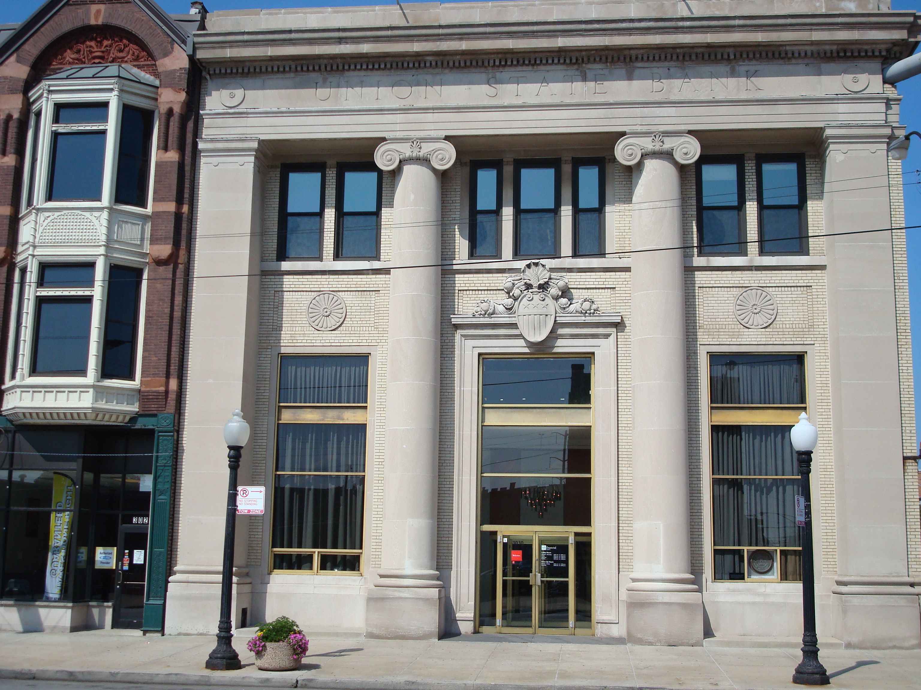 Mb Bank In South Chicago With Images House Styles Vintage Pictures Chicago