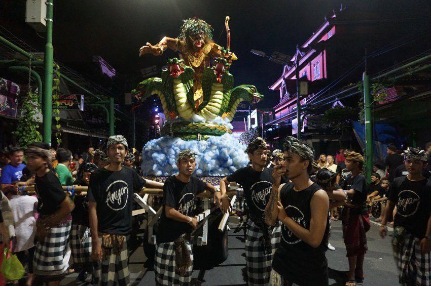 Am Abend der Ogoh-Ogoh-Paraden ziehen riesige, furchterregende, opulent gestaltete Figuren durch alle Dörfer und Städte Balis. Sie stellen das Böse dar, die Übel der Welt, die es zu vertreiben gilt.