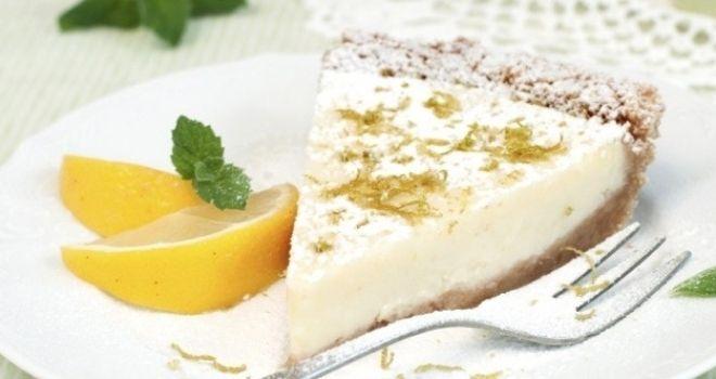 Лимонный пирог без приготовления -Для основы: 500 г песочное 150 г сливочного масла 60 мл молока тертой цедры одного лимона   Для начинки: 500 мл сливки  600g простой йогурт с лимоном или греческий  250 г сахарной пудры тертой лимонной цедры