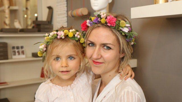 Diy Couronne De Fleurs Un Tuto Special Mere Fille Couronne De Fleurs Coiffures Couronne Robe De Bouquetiere