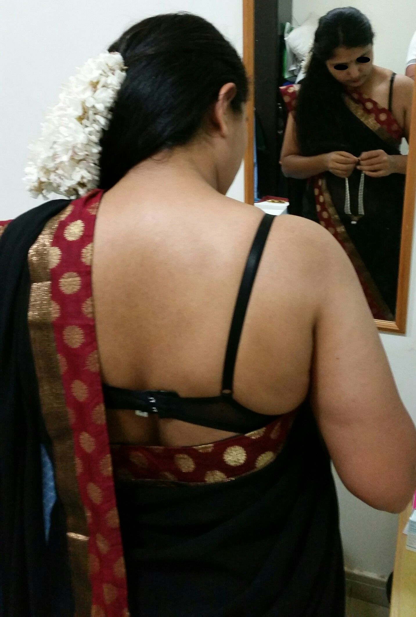Shiba Bhabhi Greets My Boss Showing Her Sexy Shoulder -5090