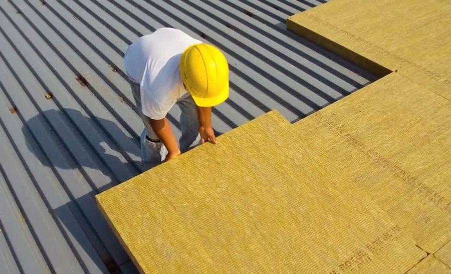 كيفية عزل الاسطح بالصوف الصخري اكتشف خطوات العزل الحراري للأسقف المباني باستخدام الصوف In 2021 R Value Emergency Roof Repair Blown In Insulation