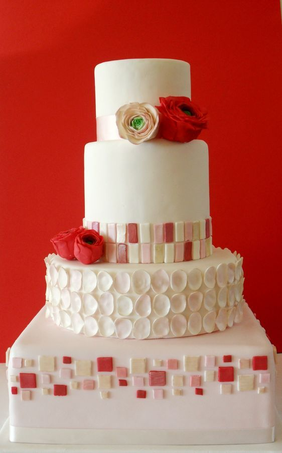 This cake is so beautifully done with the color combination of white, pink and red <3
