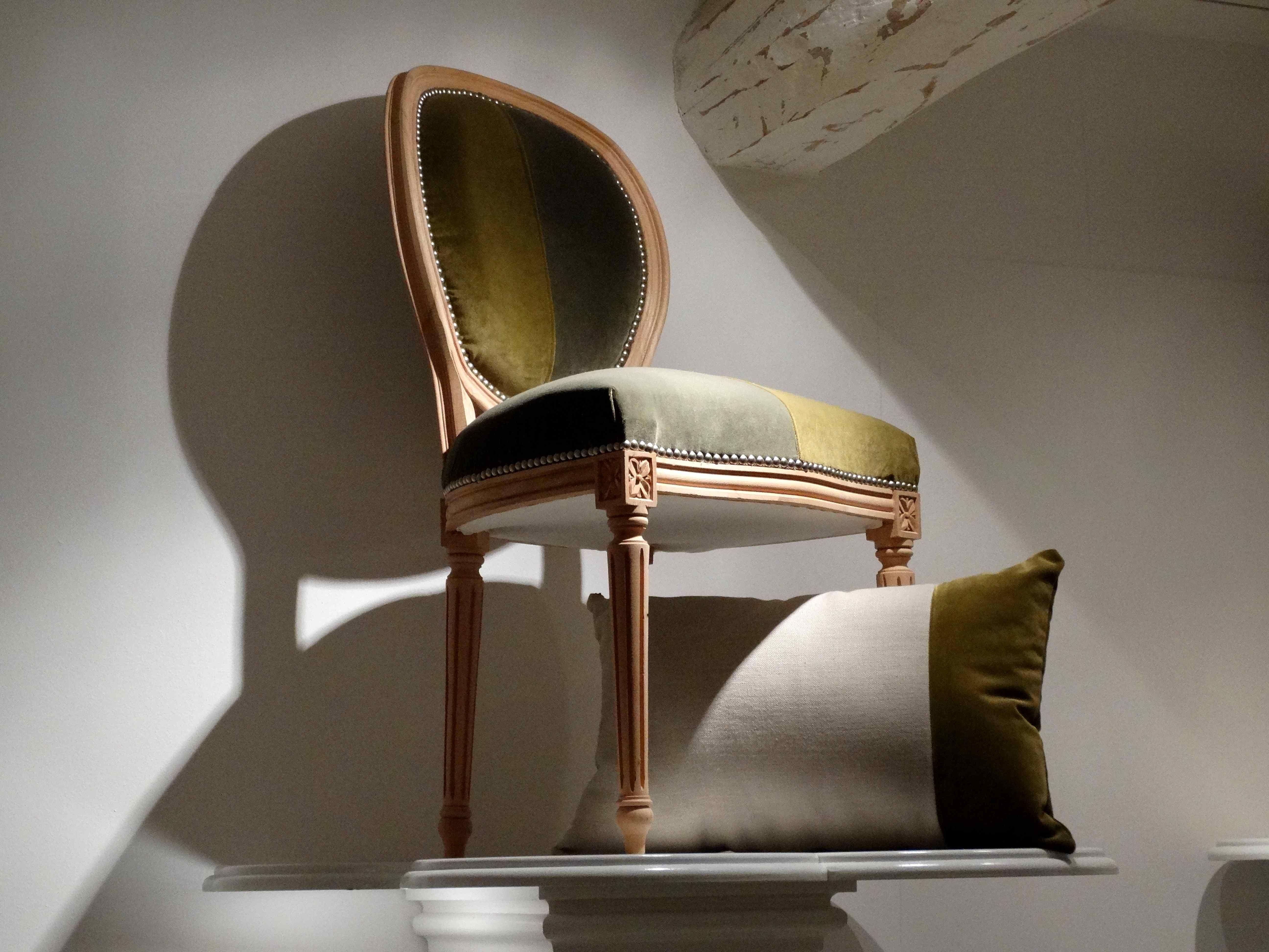 retapisser une chaise medaillon gallery of chaise best chaise medaillon chaises medaillon d. Black Bedroom Furniture Sets. Home Design Ideas