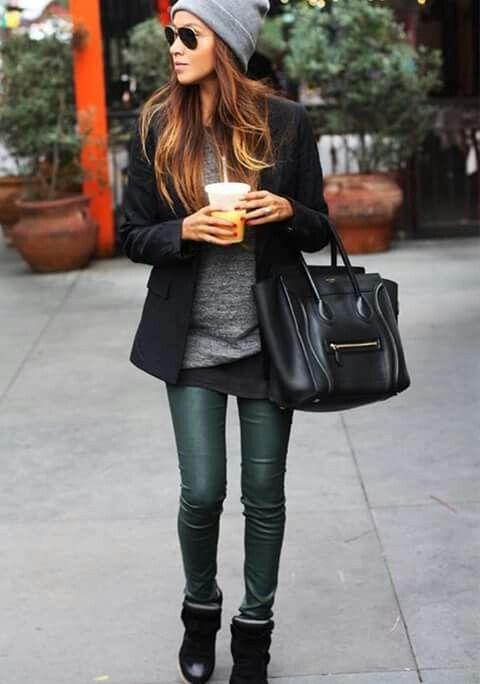 Calças verdes escura e parte de cinza cinza e preta