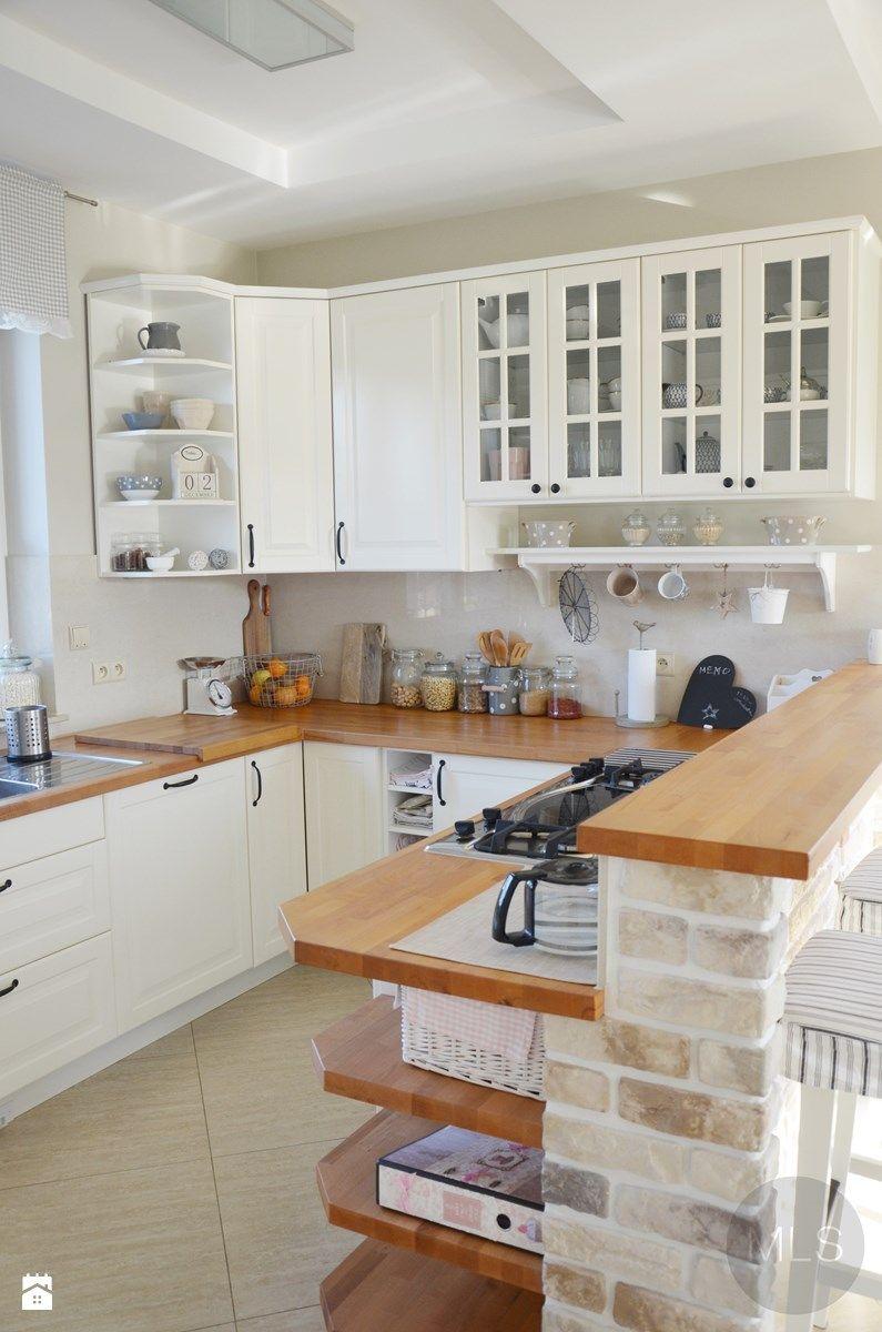 Biała kuchnia z drewnianym blatem Kuchnia  zdjęcie od MLS   -> Kuchnia Retro Jasna
