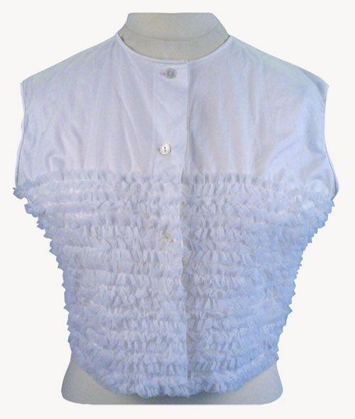 Aluspaita tai toppi, jonka miehusta on voimakkaasti koristeltu röyhelöillä, 1950-60-luku.