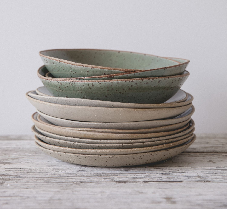 Handmade Ceramic Platter In Coastal Kitchen: De Belles Assiettes à Empiler の Ceramic Clay Pottery