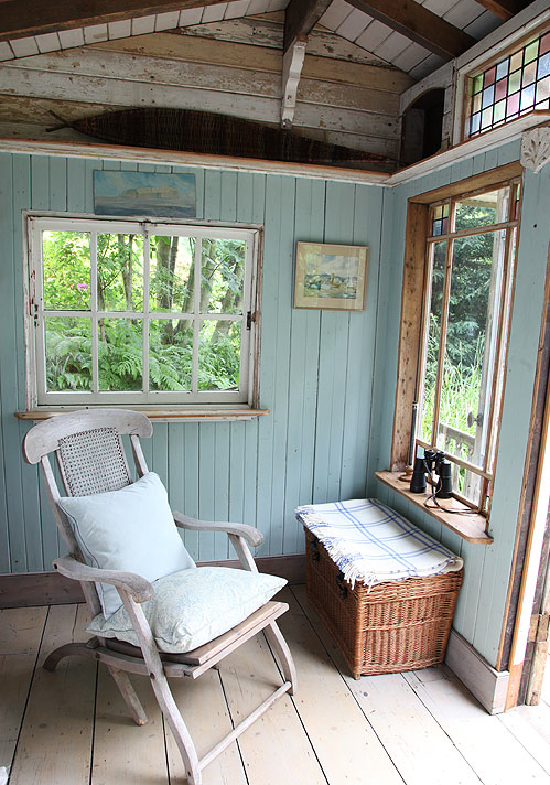 innere des gartenhaus hellblaue w nde bequemer sessel. Black Bedroom Furniture Sets. Home Design Ideas