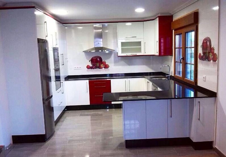 Muebles de cocina blanco brillo y granate con granito negro ...