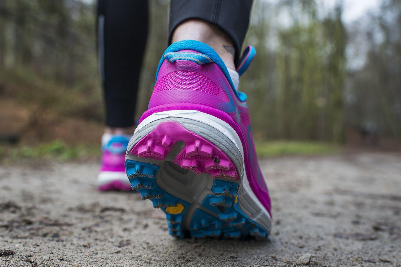 Hoka One One Speedgoat W Nowej Odslonie Dostepne Takze W Wersji Damskiej Lekkie Z Duza Dawka Amortyzacji A 5 Mm Drop Pozwala Na Swobo Shoes Bags Sandals