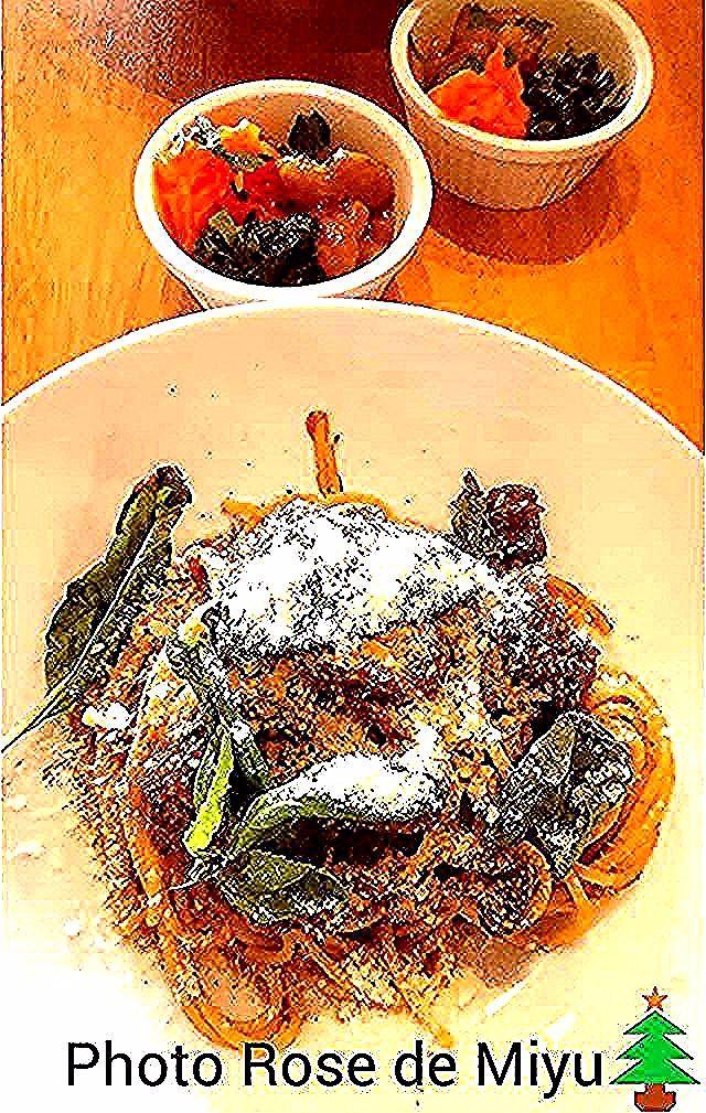 クリスマス🎄  おいしそう~♪ではなく 美味しいパスタ😋🍴💕 すね肉と玉ねぎを煮込んで作るパスタソース  #おいしい時間 #日々の暮らし #日々の記録  #日々の暮らしを楽しむ  #料理#パスタ#イタリア #料理好きな人と繋がりたい #料理写真#料理記録 #カメラ好きな人と繋がりたい  #instadaily #pasta #instapic  #foodpic #cooking #photo