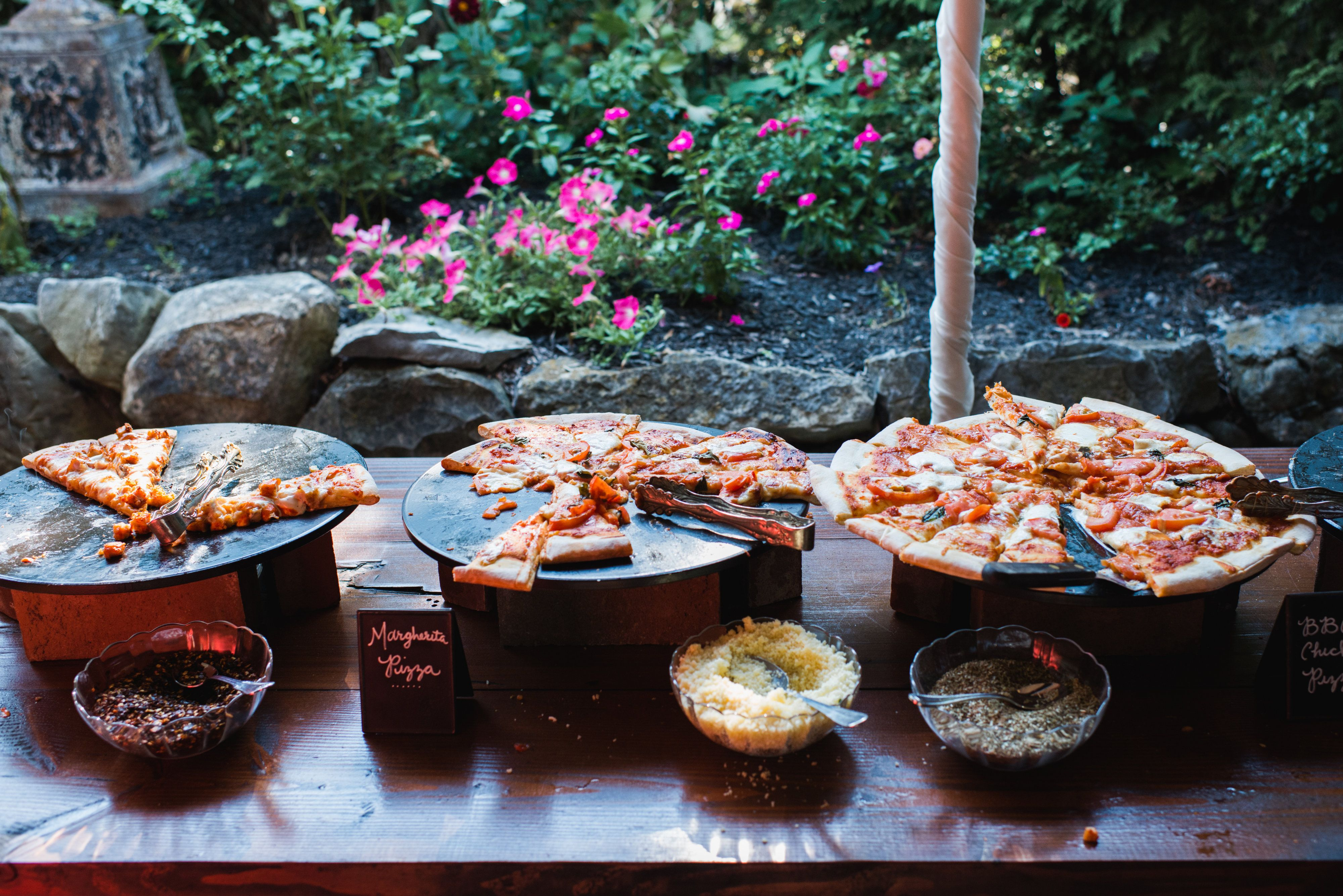 Cocktail Hour Pizza Station at Crossed Keys Estate wedding venue. Photography by Mary + Roy.