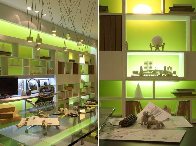 Escritório com iluminação verde.