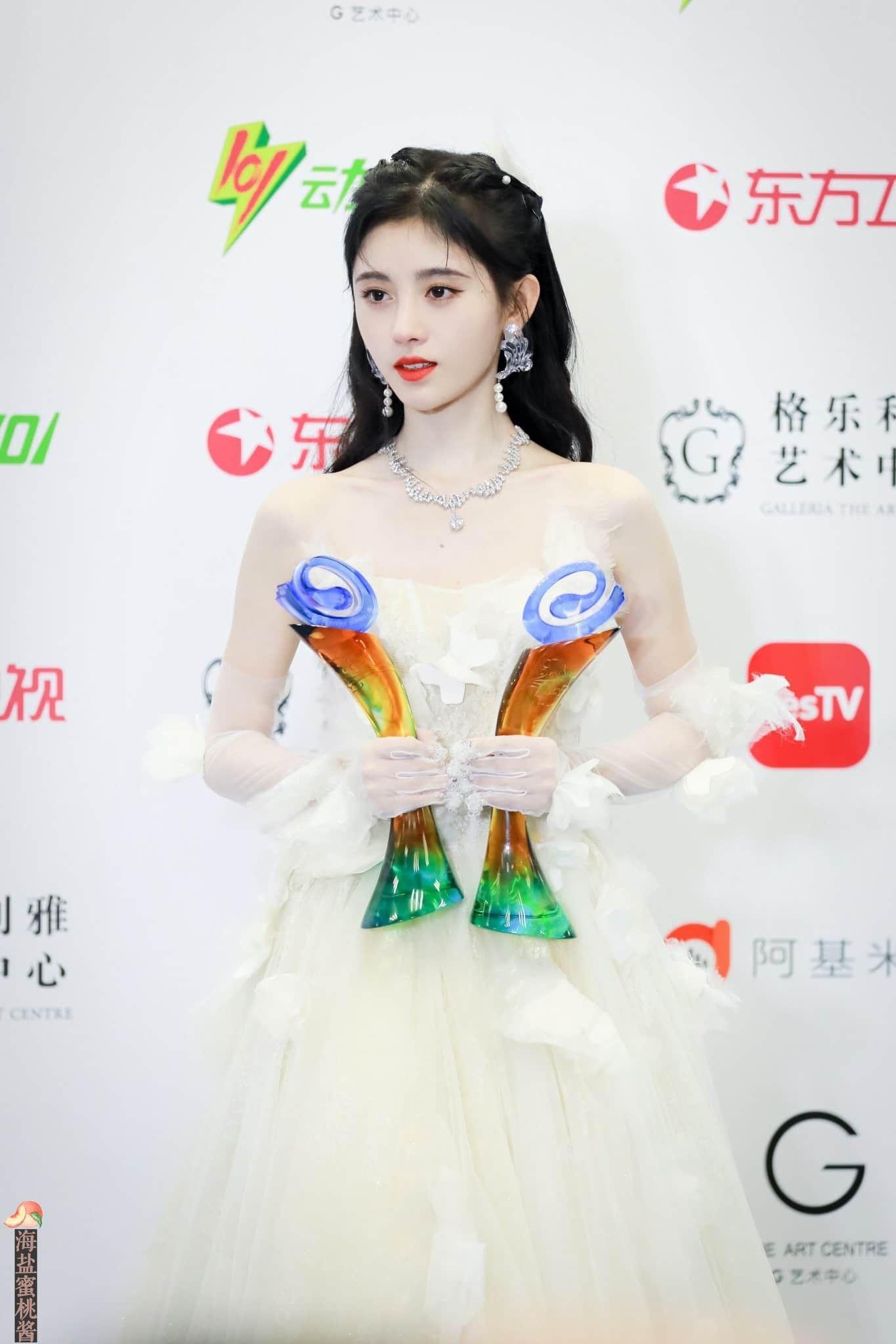 Ghim của Giang Vân Nguyệt trên Ju Jingyi 鞠婧祎 trong 2020