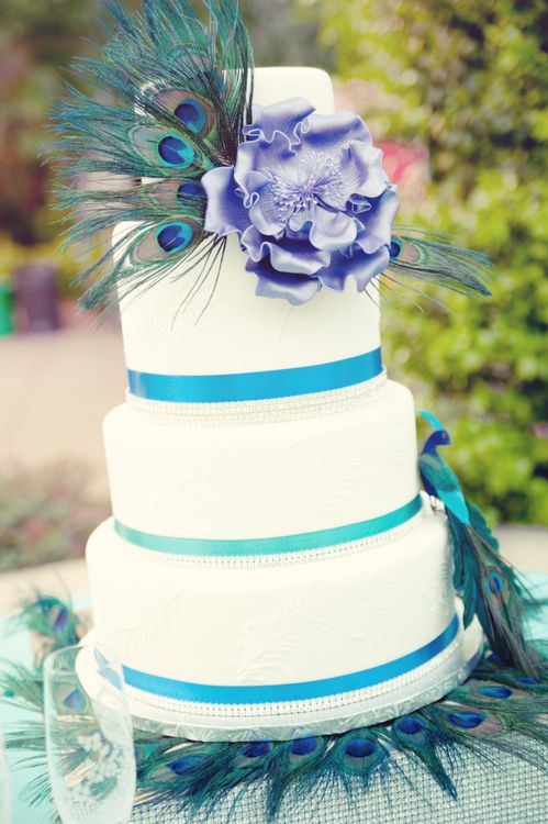 decoracin de torta de boda con plumas de pavo real