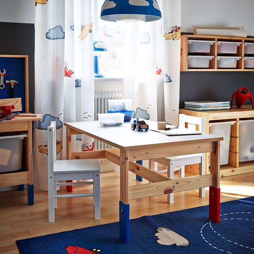 Un dormitorio infantil con una mesa de pino de altura for Sillas para dormitorio ikea
