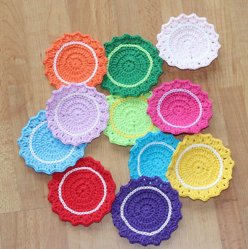 onderzetters naar een patroon van: http://crafts.tutsplus.com/tutorials/make-a-set-of-five-gorgeous-crocheted-coasters--craft-4819