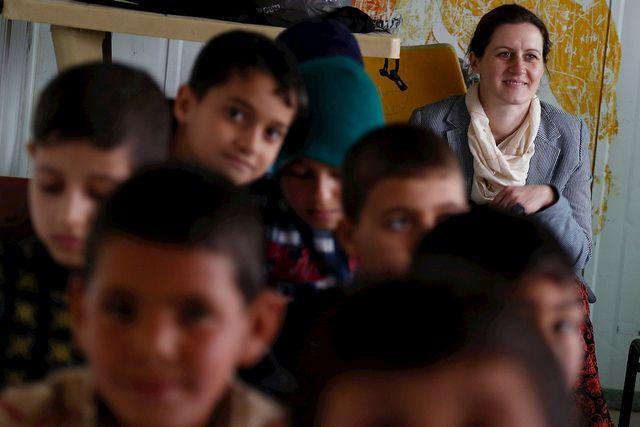 Foto de maestra con alumnos