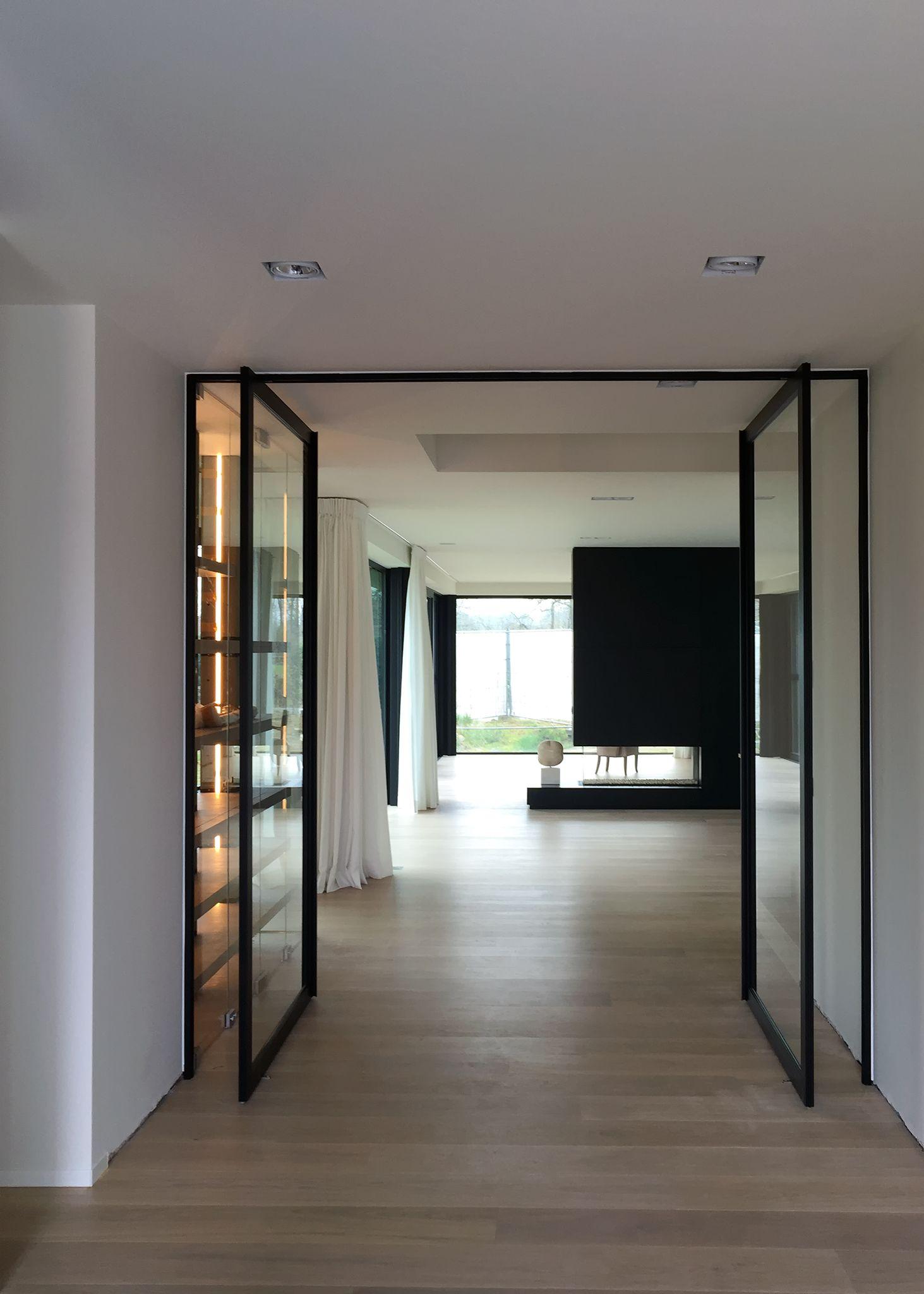 dubbele stalen deur met glas en pivotscharnieren waarvoor niets in ...