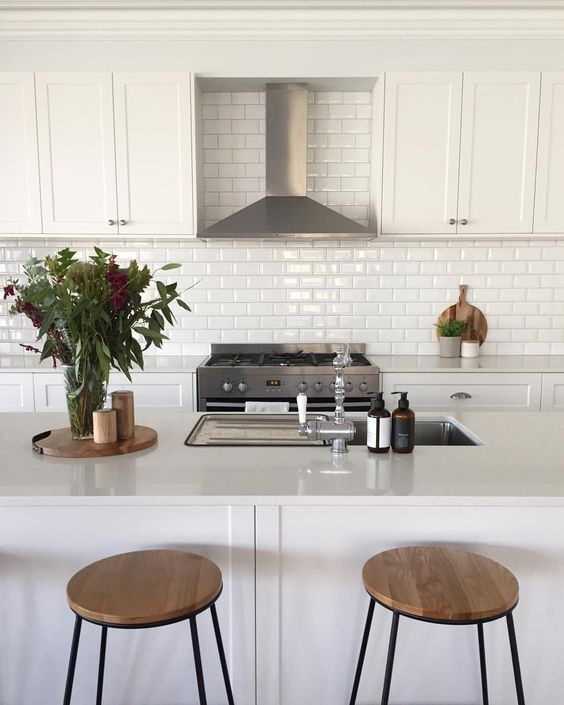 100+ Beautiful White Kitchens #kitchensplashbacks