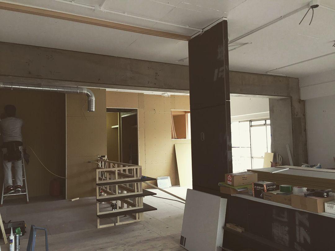 天井は躯体に白ペンキ 梁と柱はクリア塗装 無骨過ぎない自然な2