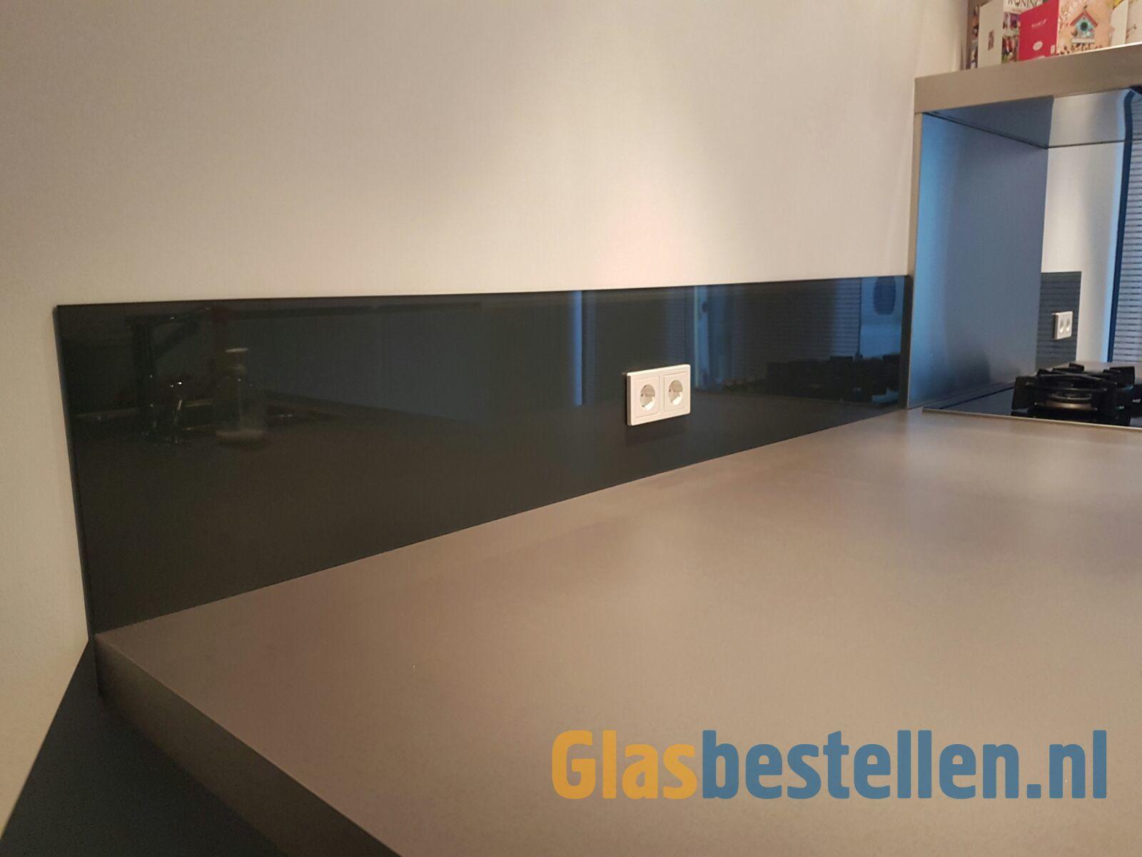 Glazen keukenwand halfhoog ral met uitsparingen voor de