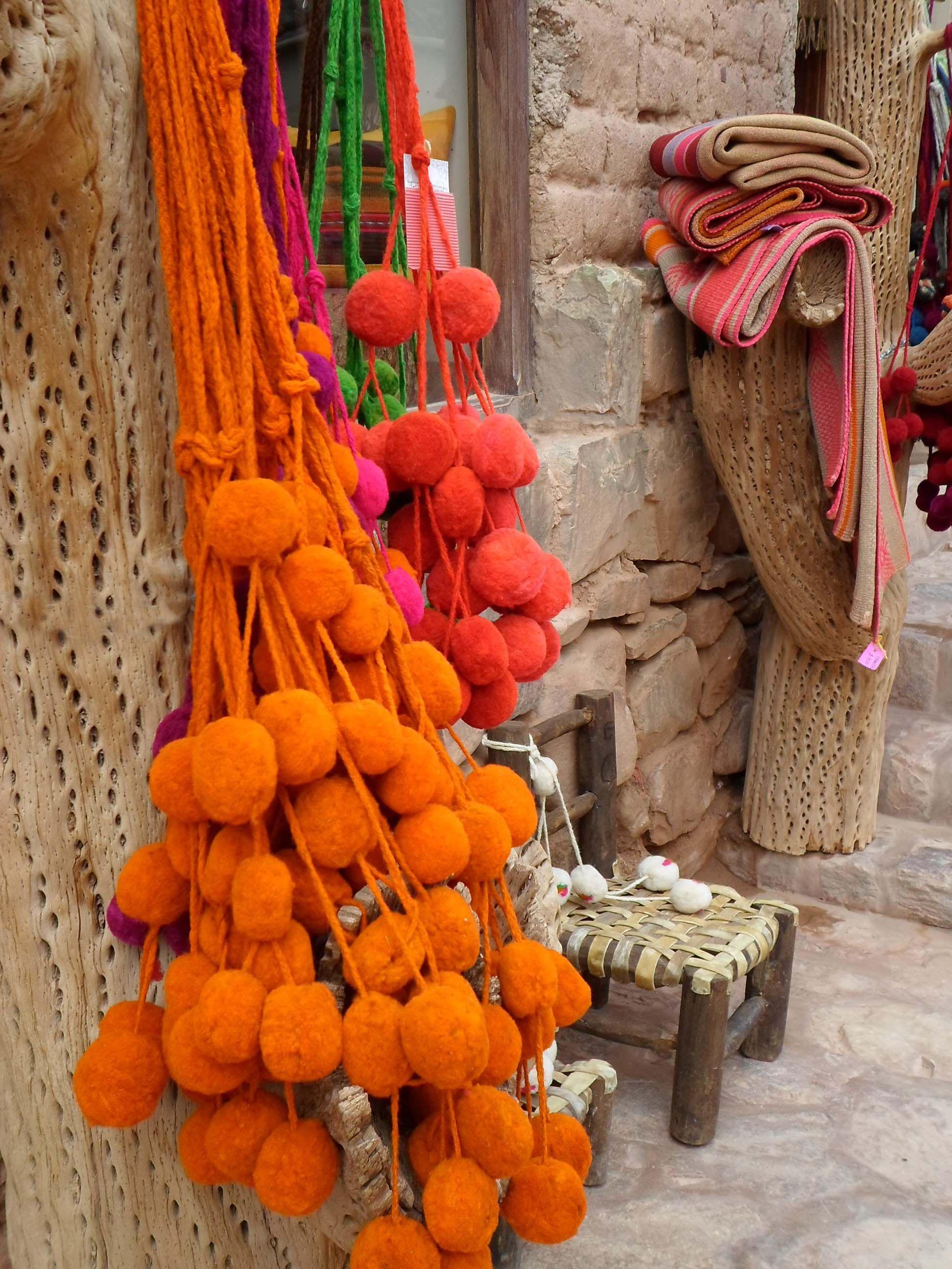 """""""Tulmas"""" de la Quebrada de Humahuaca. Las """"tulmas"""" eran usadas originariamente para decorar la trenza de las Cholas en el noroeste argentino, Bolivia y Perú. Adoro estos pompones tan colorido! Foto tomada en Purmamarca en la provincia de Jujuy!"""