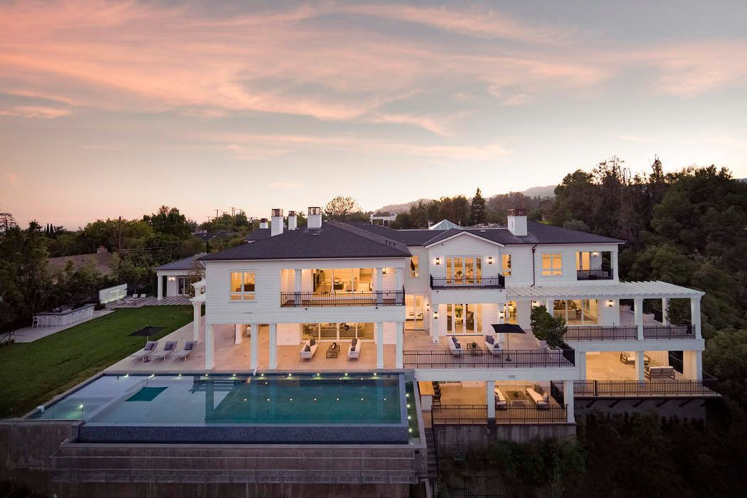 Exclusive East Coast Traditional Estate On 1 89 Appx Acres Sited Down A Long Private Driveway The Point I Los Angeles Real Estate Mansions Modern Mansion