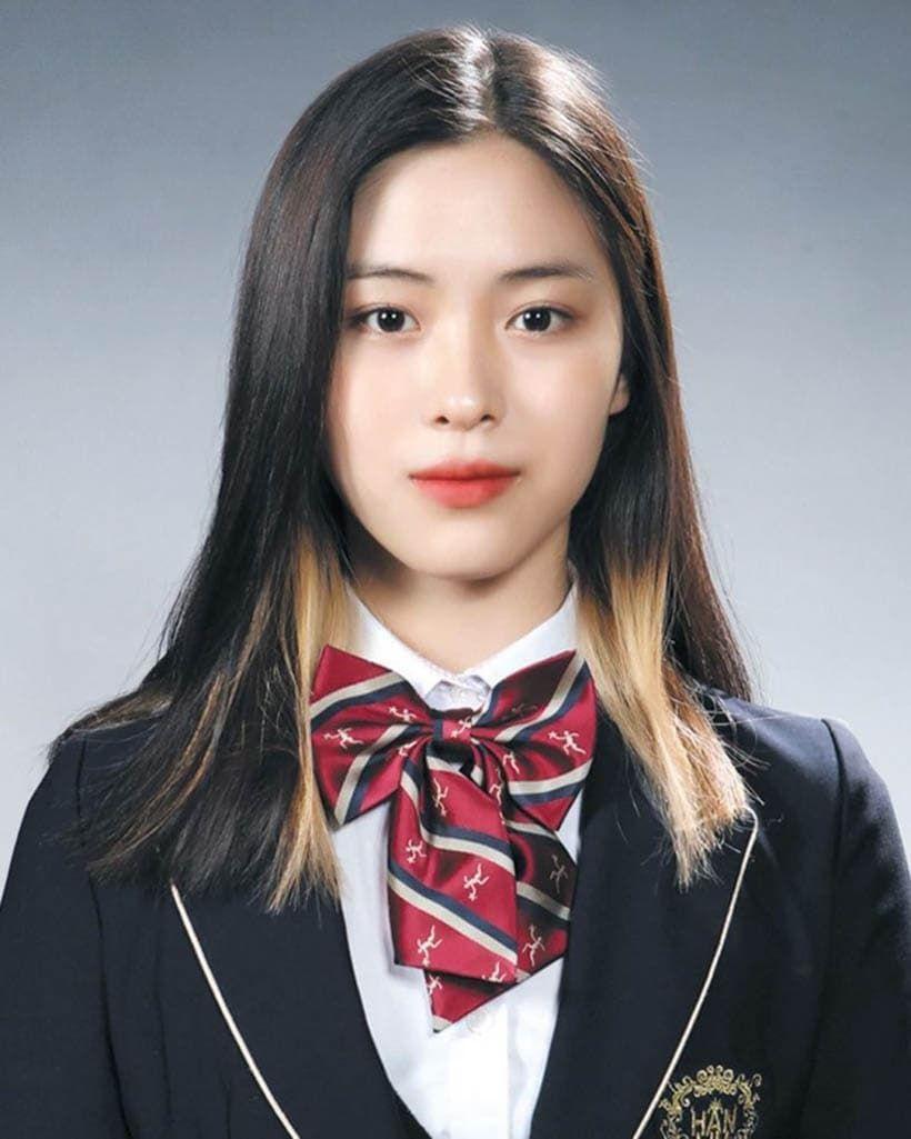 21 Pretty Female K Pop Idols Graduation Photos From 3rd Generation Kpopthing Itzy Pretty Females Kpop Girls