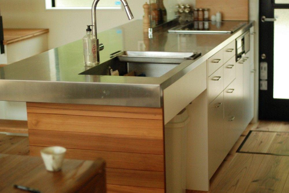 キッチン側全体の様子 シンクはコーナー10rのモダンな形で そこに
