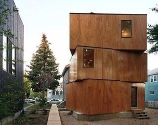 Casa em Boston, EUA. Projeto: Uni Architecture #camilakleinarquiteta #plywood #compensado #arquitetura