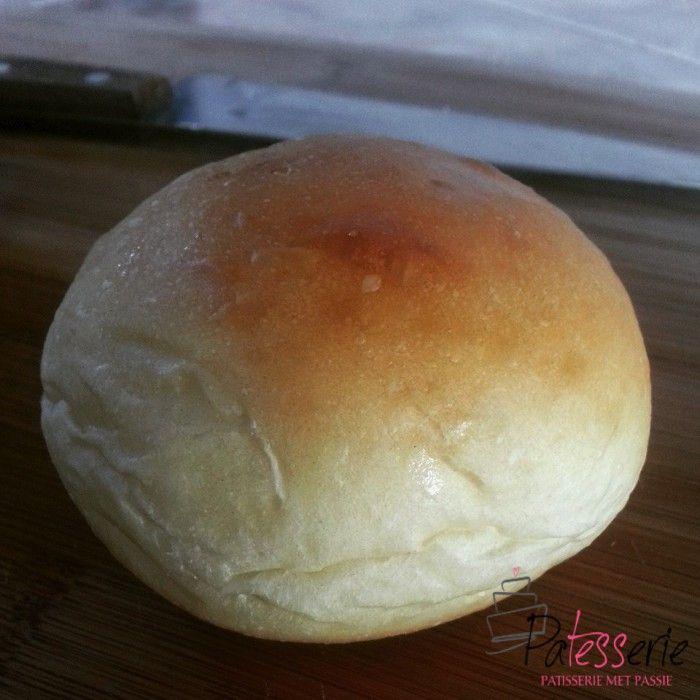 Zelf witte broodjes maken; zoveel lekkerder dan uit de winkel. Goed basisrecept voor heerlijke lunchbroodjes