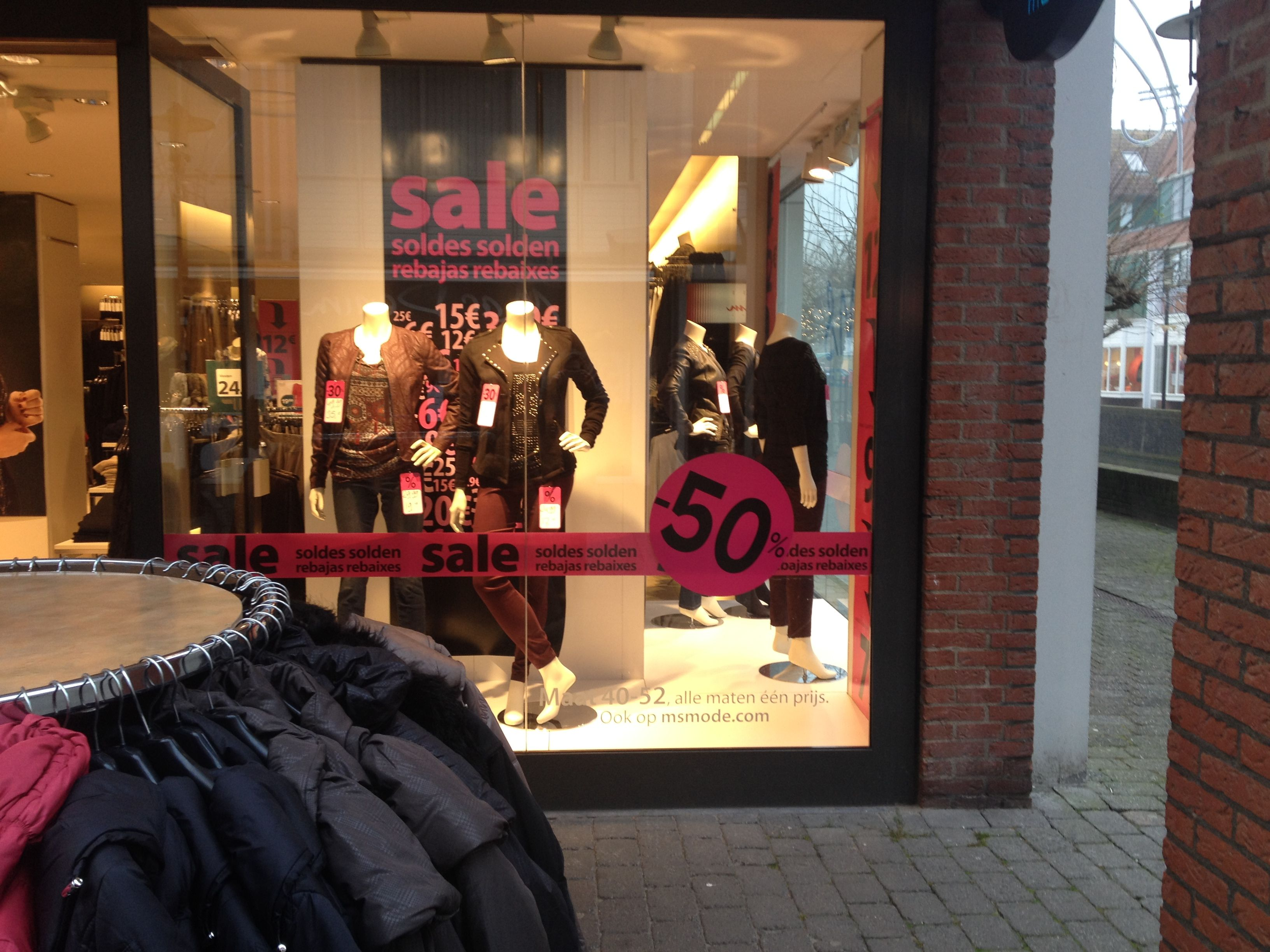 Kledingwinkel MS laat op deze wijze hun kleren zien. De etalage is aangepast op de feestdagen en mensen krijgen zo een beetje het idee wat er in deze winkel te krijgen valt.