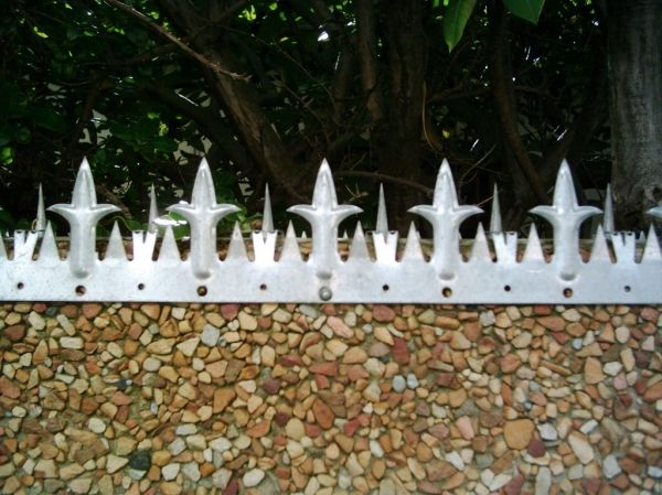 Wall spikes for vibracrete walls perimeter security