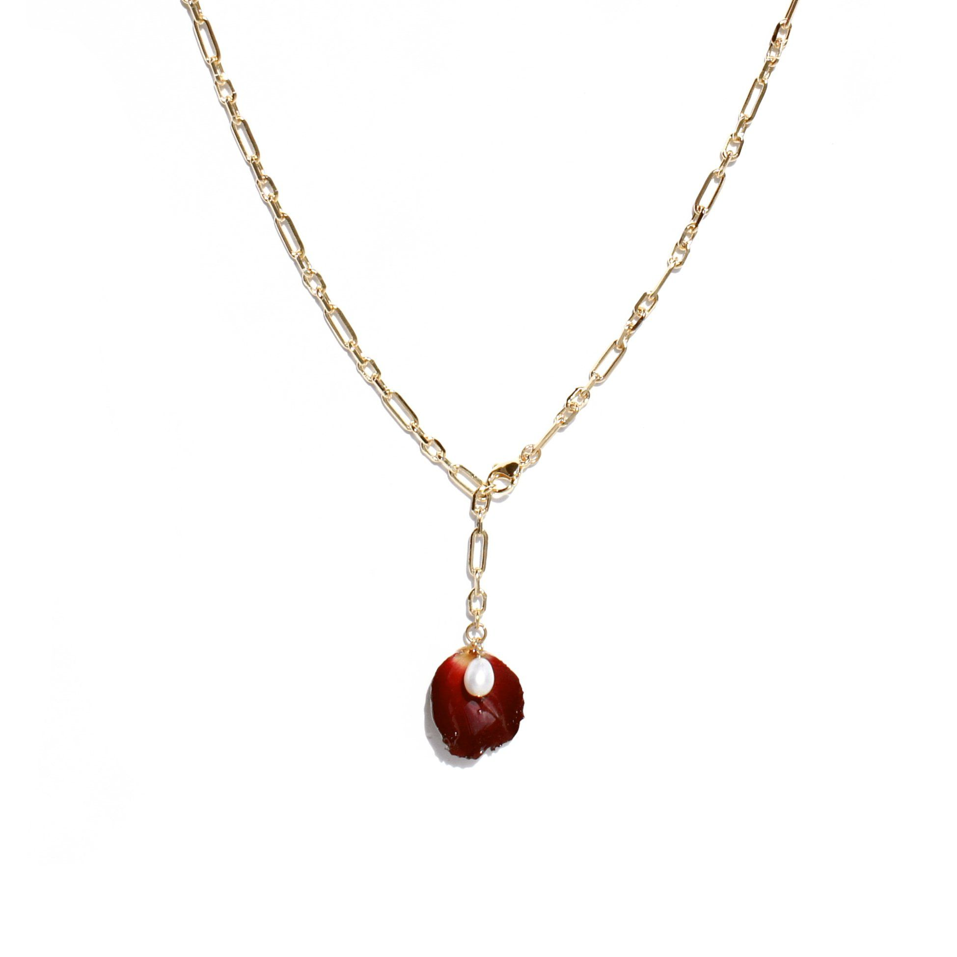 A romantic yet characterful necklace featuring a preserved rose petal in intense carmine with a freshwater pearl in the center. The length is adjustable thanks to the front-closure clasp. Explore our full collection of Real Flower Jewellery Handcrafted Front closure, length adjustable Measurement: 60cm total length, adjustable Materials: rose petal, resin, freshwater pearl, 18k gold plated brass. One-of-a-kind: This piece of jewellery features real flowers, which are naturally irregular. This co