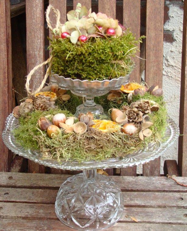etagiere zelf gemaakt van glaswerk, rieten krans met mos en alles uit de natuur gehaald. taartje gemaakt van oase met mos omwikkeld, hortensia uit de tuin op draad gezet, sedum en kralen op houten prikkertjes gemaakt.