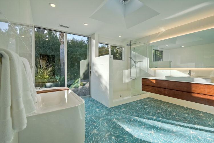 Modernes Badezimmer In Weiß Mit Akzenten Aus Holz Und Fliesen In Türkis