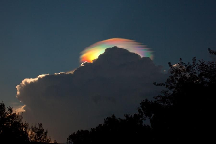 OH WOW~~ Behind this darker cloud is a pileus iridescent cloud - a group of water droplets that have a uniformly similar size and so together diffract different colors of sunlight by different amounts. A more detailed picture of the same cloud shows not only many colors, but unusual dark and wavy bands whose origins are thought related to wave disturbances in the cloud. – på Image Credit: Esther Havens/Light the World.