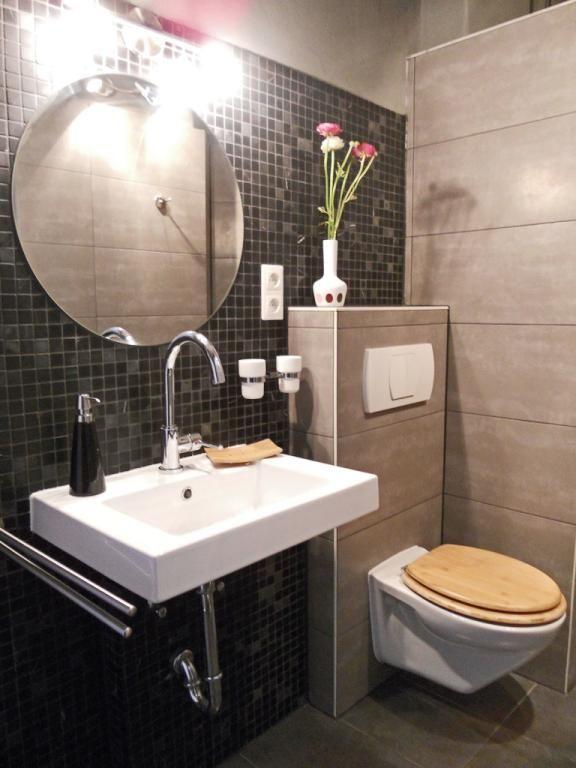 Elegantes Badezimmer Mit Dunklen Und Hellbraunen Fliesen Wohnen