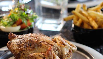 Gepekelde kip in de oven met frietjes en kruidensla