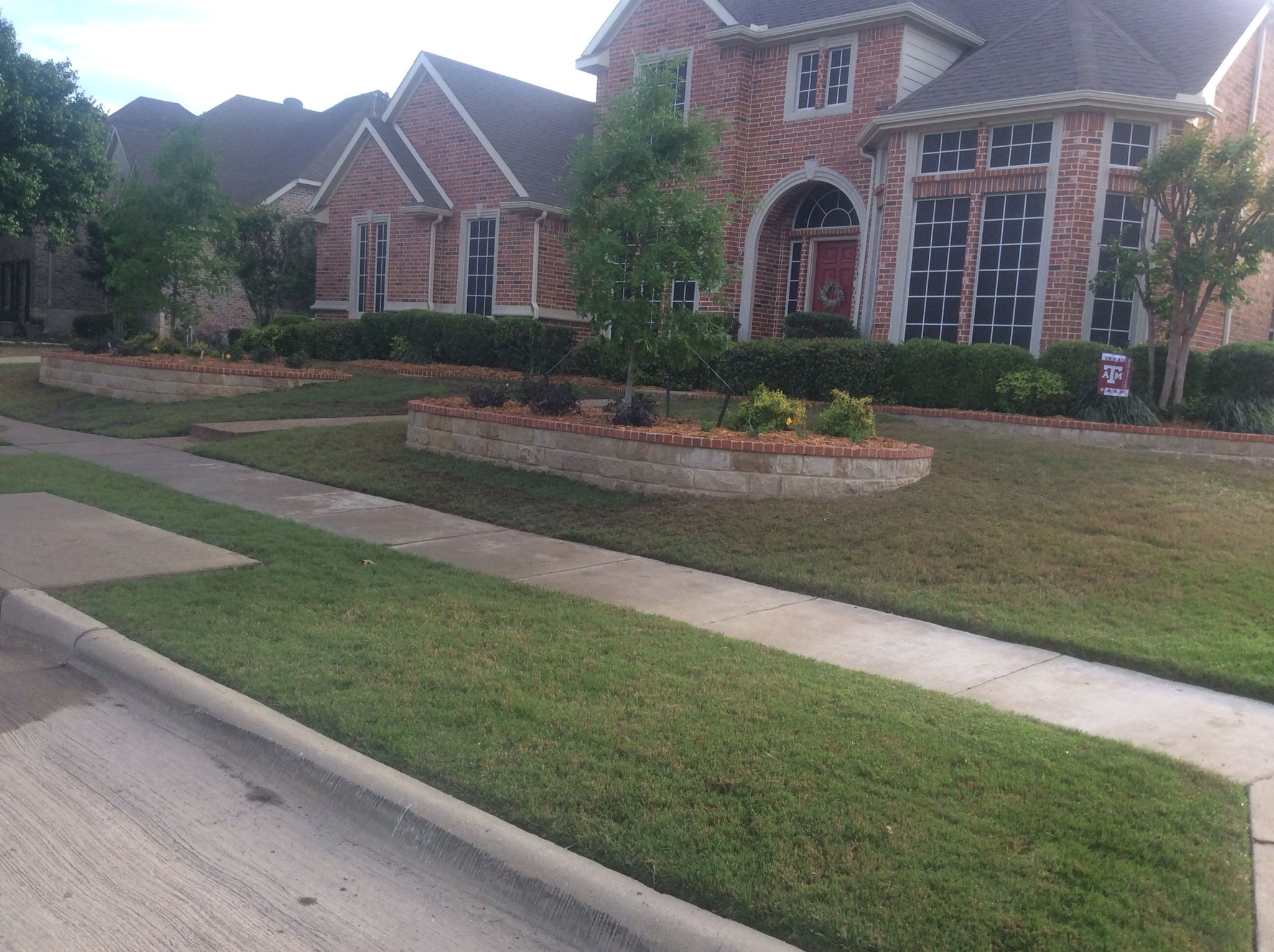 Etonnant Front Lawn Landscape Design With Trees, Shrubs And Stone/brick Border.