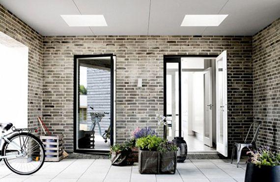 schickes raumdesign gestalten mit grauen ziegeln, weißem holzboden - raumdesign wohnzimmer modern