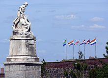 Op hierdie grootste plein in die middestad staan die Koning Edward VII-standbeeld en 'n monument wat die Tweede Vryheidsoorlog herdenk. Dit is regoor die Drilsaal opgerig ter ere van die Kapenaars wat aan Britse kant in die oorlog gesneuwel het. Dit toon 'n gewapende soldaat wat buig oor 'n meisie wat die moederland voorstel.