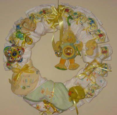 Corona de pañales para decorar la puerta de entrada a tu baby shower.