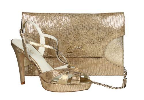 a0b96340004 Zapato en tonos dorados con cartera de mano a juego. Ideal para  celebraciones y looks de fiesta