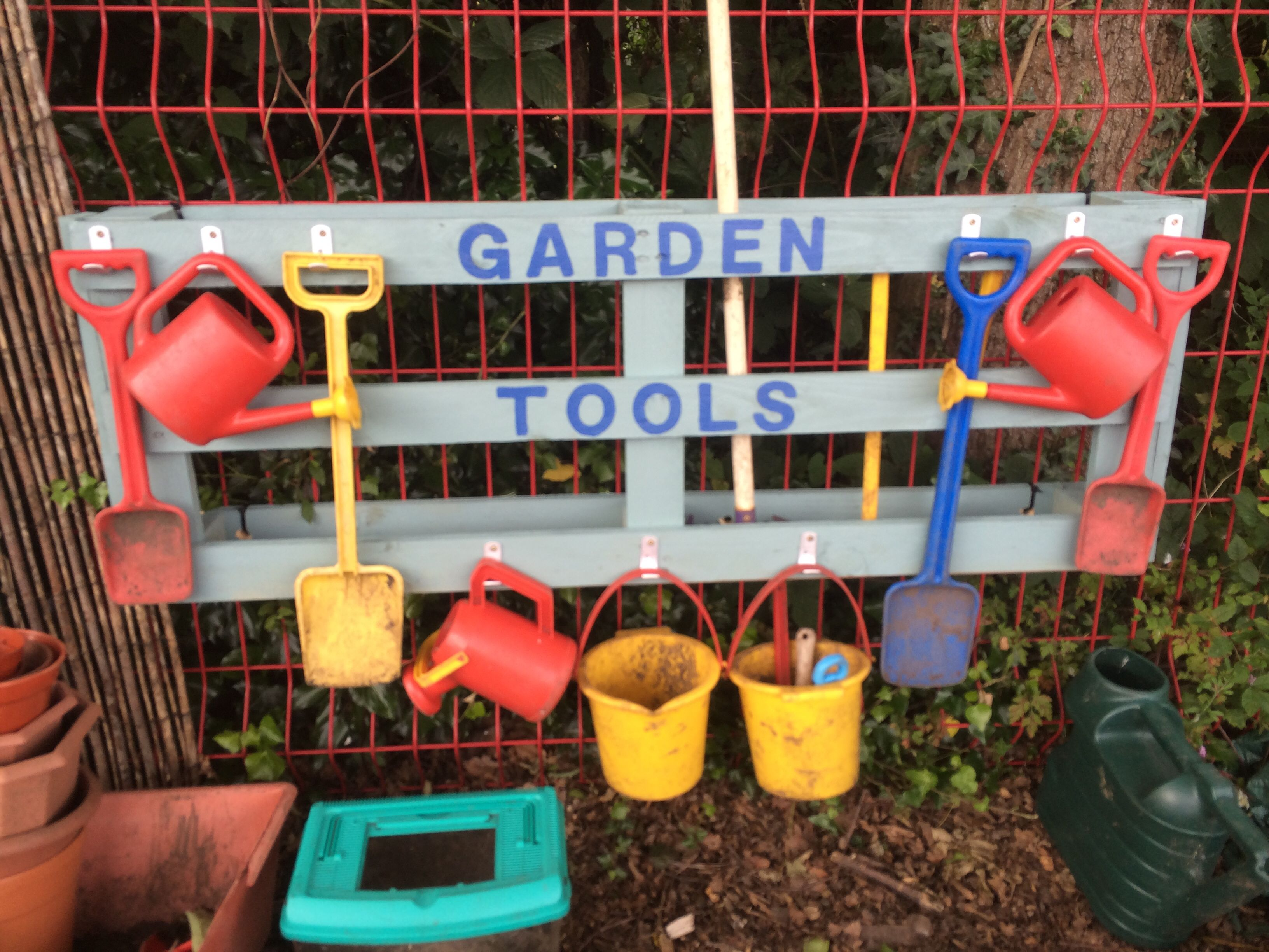 Garden tool holder i made from pallet follow my school for Gardening tools for schools