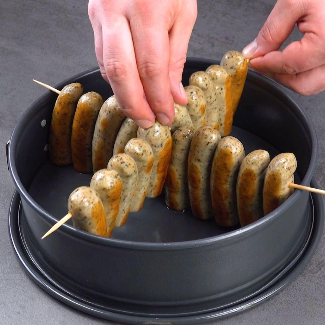 Bratwurst-Snack mit Käsesoße und Nudeln aus der Kuchenform