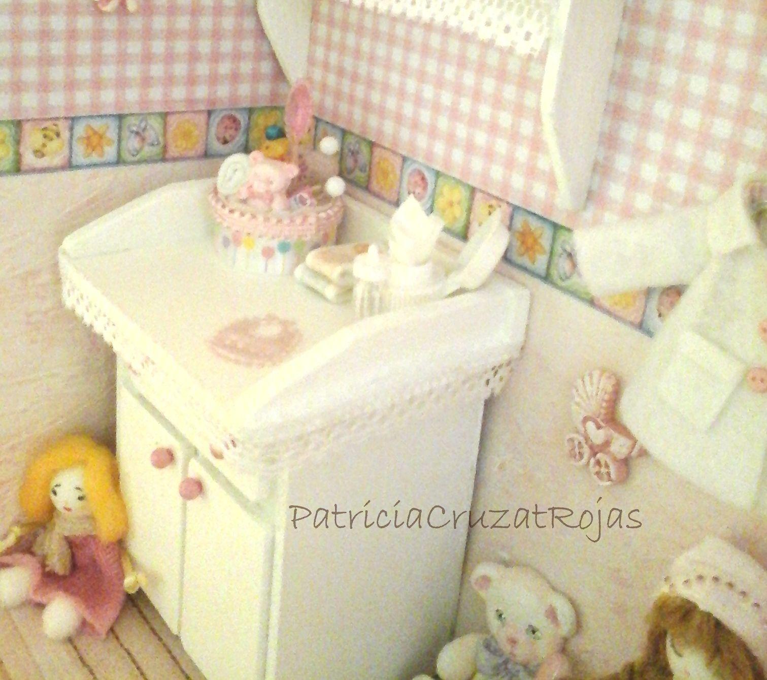Detalle cuadro dormitorio beb ni a con miniaturas - Dormitorio bebe nina ...